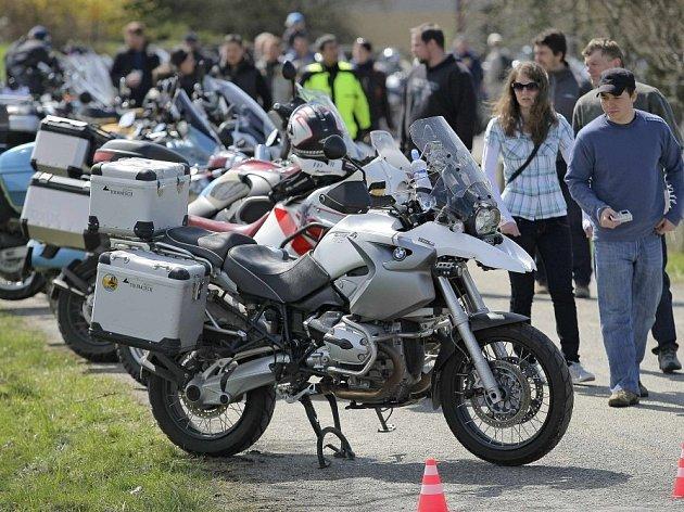 Geografický střed České republiky v Číhošti si opět po roce vybrali majitelé silných a nablýskaných motocyklů ke svému setkání. Do Číhoště se sjelo na 250 motorkářů ze všech koutů Česka.