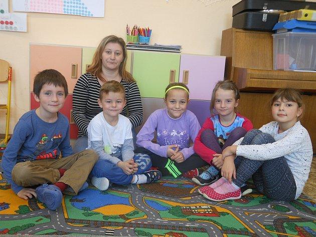 Na snímku jsou prvňáčci zmalotřídní školy pro I.stupeň ZŠ a MŠ Věžnice střídní učitelkou a ředitelkou ZŠ Bc. Marií Klubalovou.