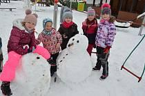 První letošní sníh si užívají děti ze Světlé nad Sázavou