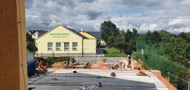 Stavba tělocvičny v Dolním Městě.