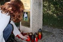 Květinami a svíčkami si lidé v pátek připomněli roční výročí úmrtí hokejisty Josefa Vašíčka.