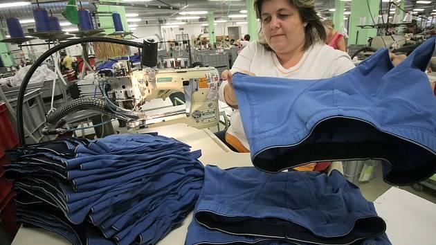 Funkční a slušivé. O takové prádlo mají zákazníci stále větší zájem. Letošní kolekce Pleasu budou elegantní,  jednoduchých střihů, a zdobit je budou výšivky nebo třpytivé aplikace. Z barev povedou korálově oranžová, inkoustová či cihlově červená.