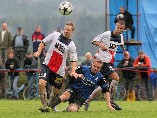 Herálec ZR (v modrých dresech) je i po pátém zápase v krajském přeboru stoprocentní. V nedělní vodní lázni je nezastavily ani Moravské Budějovice.