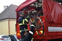 Na farní dvůr v úterý přijela Tatra 815, aby do Ostravy odvezla více než sto kol.