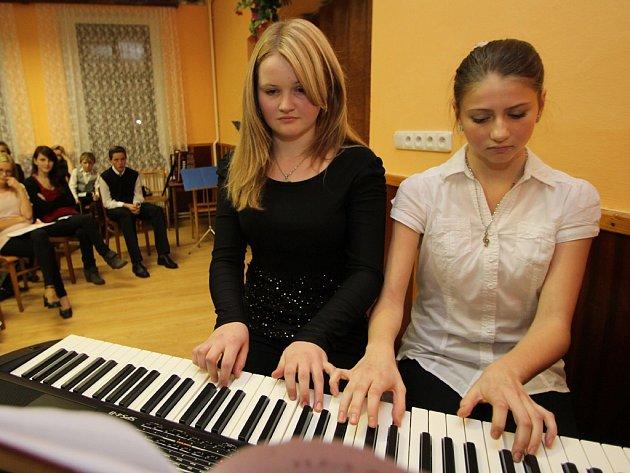 Čtyřručně. Na nový přenosný digitální klavír v sále staré školy v Modlíkově druhou adventní neděli zahrály spolu také Anna Čapková (vlevo) a Kateřina Štědrá.