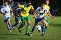 Spoléhat budou pohledští hráči na útočníka Pavla Janďourka (vpravo u míče), který bude těžit ze spolupráce jeho kamaráda z dorostu Petra Slanaře.