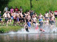 DVĚ STĚ METRŮ. Tak dlouhá bude disciplína v plavání při jedenáctém ročníku triatlonového amatérského závodu Molitanový Muž, který proběhne v první prázdninový den.