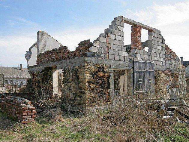Místo téhle ruiny je nyní v Sobíňově moderní hřiště.