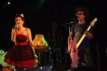 Kromě hudebního zážitku se diváci mohli kochat vyumělkovanými kostýmy a scénou, která dotvářela atmosféru koncertu.