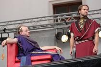 Hrou náhody se změní jedné noci celý život trojici hrdinů. Stupňující napětí diváky přiková do sedadel a současně se mohou těšit na překvapivá odhalení i nová zauzlení příběhu. Jana Révaie (na snímku vpravo) mohou diváci spatřit i v klasických dramatech.