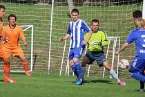 Hrdinou byl pro fotbalisty Mírovky v derby se Štoky jejich gólman Jan Beděra (uprostřed), který je v kritických chvílích zápasu dokázal podržet.