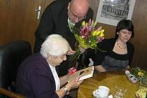 Do knihovny přišla Svatava Fruhbaerová v jedenácti letech a zůstala jí věrná. Za stálou přízeň knihovně jí poděkoval  starosta města Jan Tecl.