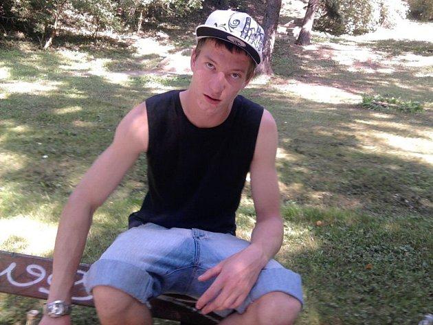 Musí pracovat. Devatenáctiletý Jakub Doležal, který je spoluobviněným v případu zavražděné školačky Petry, si bude muset brzy začít odpykávat trest   obecně prospěšných prací za krádež a vloupání.