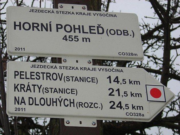 Místo barevných pruhů jsou na nich kulaté terče v barvě trasy v bílém čtverci a v našem kraji mají pod horní hranou nápis Jezdecká stezka Kraje Vysočina.