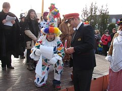 Laufr předčítá starostovi žádost o povolení masopustního veselí. Starosta Jan Tourek si oblékl masopustní kostým výpravčího ČD.