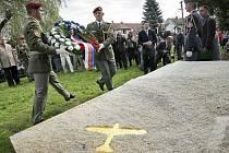 Nejúspěšnějšího českého stíhače druhé světové války Karla Kuttelwaschera připomíná památník v jeho rodišti – Svatém Kříži, dnešní místní části Havlíčkova Brodu. Památník byl slavnostně odhalen 23. září 2011 (na snímku), v den jeho nedožitých 95. narozenin