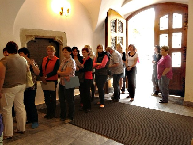 Lidi, kteří přivezli do Havlíčkova Brodu z volebních okrsků zpracované výsledky, museli vystát dlouhou frontu.