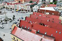 Z ptačí perspektivy dokáže i tak moderní město, jakým Havlíčkův Brod bezesporu je, ukázat svou malebnou tvář. Malostranské střechy to sice nejsou, ale i tak je na co se dívat.