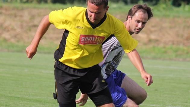Výsledkové trápení zažívá v Chotěboři i útočník Martin Odvářka (u míče), naopak světelský Miroslav Křikava (vzadu) vsítil v Žirovnici hattrick a upevnil si pozici nejlepšího střelce.