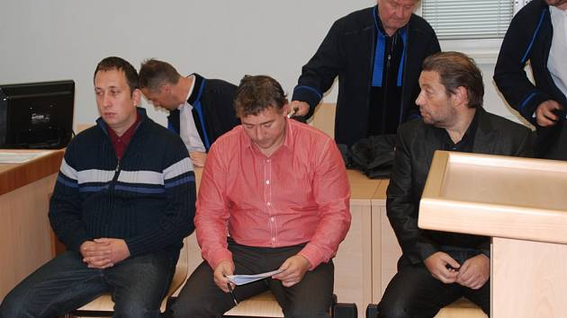 Trojici mužů hrozí za zločin krácení daně trest od dvou do osmi let vězení. Verdikt si vyslechnou příští rok v únoru. Na lavici obžalovaných u Okresního soudu v Jihlavě usedli (zleva): Daniel Bor, Jan Nováček a Miloš Vít.