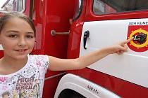 Petra Sobotková obdivuje heraldiku na požárním automobilu sboru dobrovolných hasičů obce Kunemil. Dívenka má v této vsi své kořeny, ale s rodiči nyní žije v Anglii.