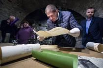 Otevření časové schránky v podzemí radnice v Přibyslavi.