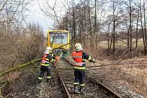Desítky železničních tratí v zemí jsou mimo provoz.