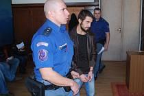 Eskorta přivedla z vazby Antoni Georgieva z Bulharska do soudní síně Okresního soudu v Pelhřimově. Cizinec před soudem odmítl vypovídat. Svou vinu však odmítá.