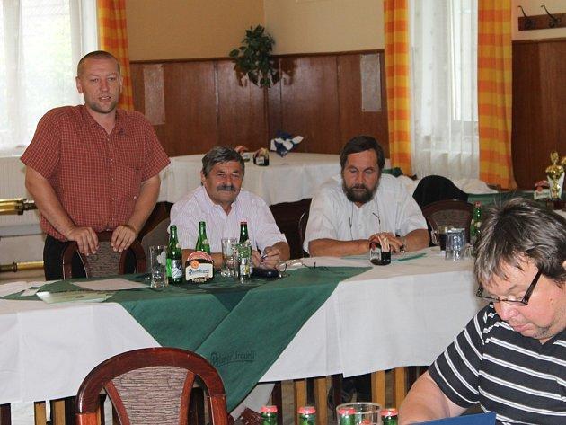Rozlosováno. Na losovacím aktivu měl hlavní slovo předseda okresního svazu Josef Sojka (vlevo).