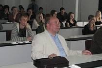 Vladimír Remek pozorně a také nadšeně poslouchá prezentaci k projektu Ležáky.