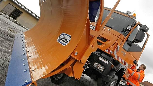 Podle názoru detektivů byla zakázka z roku 2009 na nákup osmadvaceti sypačů Iveco pro Krajskou správu a údržbu silnic Vysočiny předražena o 33,2 milionu korun. Tato škoda měla vzniknout Kraji Vysočina. Ilustrační foto.