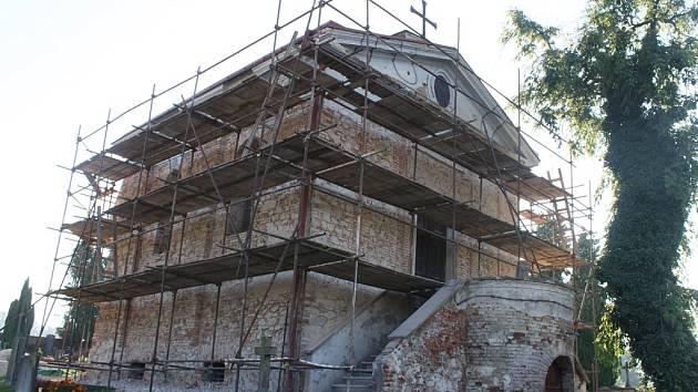 Takto už naštěstí hřbitovní kapli Panny Marie neuvidíme, fasáda je již hotová.