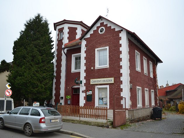 Červený hrádek postavil chotěbořský stavitel František Liška již v roce 1895.