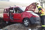 Auto narazilo u Roučkovic na Pelhřimovsku do stromu.