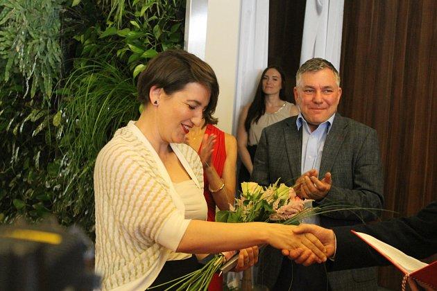 Do Havlíčkova Brodu se sjeli významní novináři. Po osmnácté se zde předávaly novinářské ceny K.H. Borovského a dvě Novinářské křepelky pro novináře do 33 let.  Na snímku je vítězka Kateřina Šafaříková.