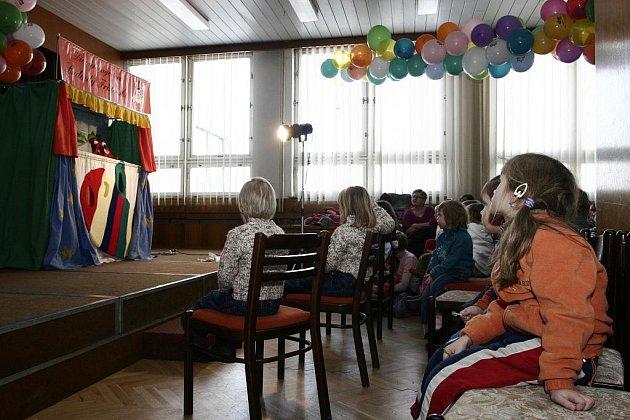 Divadlo Ludmily Frištenské dětské publikum v Chotěboři zaujalo. Do představení se aktivně zapojily.