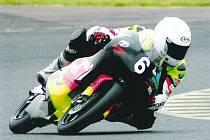 Havlíčkobrodský motocyklový závodník Michal Prášek (na snímku) se celou letošní sezonu pere s nastavením své aprilie.