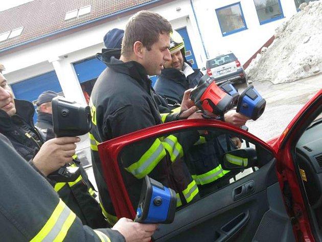 V rámci praktického výcviku si hasiči vyzkoušeli celou řadu dalších možností, které termokamery nabízejí a které hasiči v každodenní práci využijí.