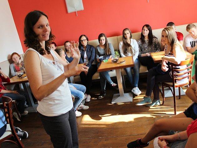 Poznej svého souseda. Tu možnost využila například početná skupina studentů  Střední zdravotnické školy v Havlíčkově Brodě.