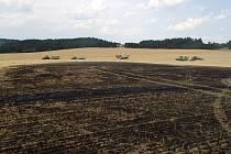 Značnou majetkovou škodu za sebou zanechal páteční odpolední požár pole s ječmenem u Radošova na Třebíčsku. Požár zachvátil obilí na ploše přibližně sedmi hektarů a s rychle šířícími se plameny na místě zápolily čtyři jednotky hasičů.