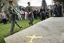 V pátek dopoledne byla ve Svatém Kříži slavnostně odhalena pamětní deska leteckému esu druhé světové války, Karlu Kuttelwascherovi. Aktu byly přítomny i obě dcery bývalého famózního stíhače Vee Darlington a Mari Rowe z Velké Británie.