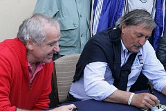 O podpis patronů akce, fotbalistů Ladislava Vízka (vlevo) a Antonína Panenky, byl velký zájem.