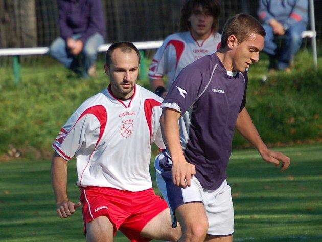 Těžké boje čekají fotbalisty Habrů (v bílém), kteří si značně zkomplikovali cestu za záchranou v soutěži.