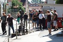Požár trafiky v Dolní. Samotnému natáčení této akční scény, které trvalo několik desítek sekund, předcházela několikahodinová příprava.