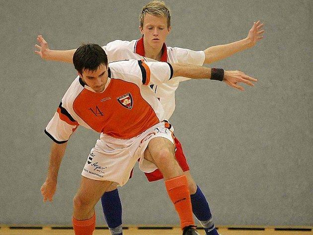 Brodští futsalisté (v bílém) se loučí s ligovými soutěžemi. Pramen Havlíčkův Brod, český mistr z ročníku 2000/2001, totiž opouští druhou ligu a sestupuje do divize.