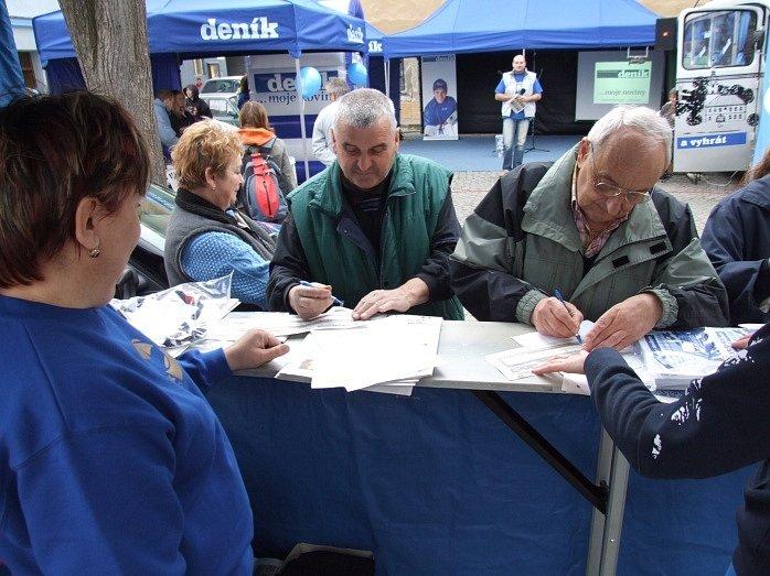 Obyvatelé Ledče nad Sázavou si mohli objednat předplatné přímo na náměstí.