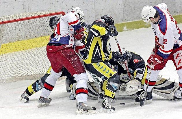 Z hokejového utkání Havl. Brod - Kadaň.