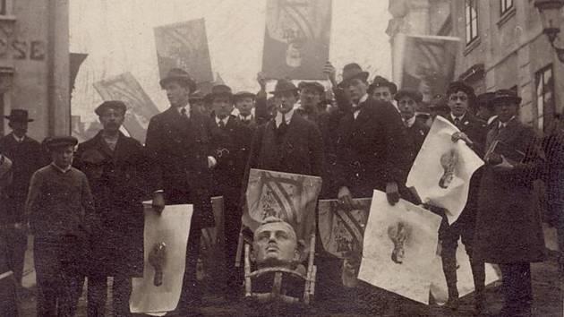 Lidé v Německém Brodě zničili bustu u barákové kolonie a hlavu císaře Karla I. Rakouského hodili do Sázavy.