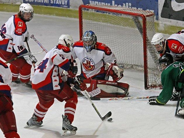 Extraligoví dorostenci Havlíčkova Brodu (ve světlém) si v sobotu připsali teprve druhé vítězství na ledě soupeře, v Pardubicích vyhráli 3:1.