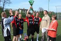 Pohár starostky města zvedá nad hlavu kapitán vítězného družstva FK Premium Světlá n. S. Martin Lorenc, druhý zprava světelský místostarosta Jan Tourek, který pohár předával.